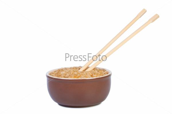 Миска риса и деревянные палочки на белом фоне. Восточная кухня