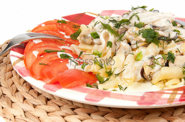 Макароны с морепродуктами на белом фоне
