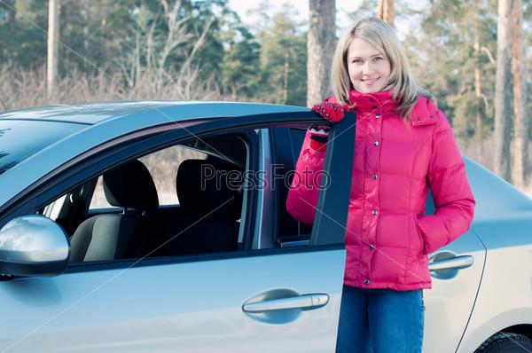 Фотография на тему Счастливая блондинка у автомобиля на открытом воздухе