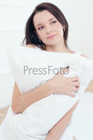 Портрет красивой молодой женщины, отдыхающей в постели