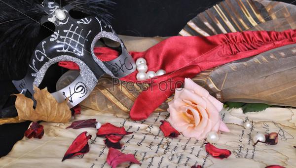 Маска, письмо и роза