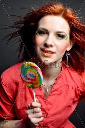 Фотография на тему Яркая девушка с большим леденцом