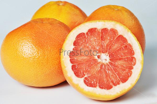Грейпфрут крупным планом на белом фоне