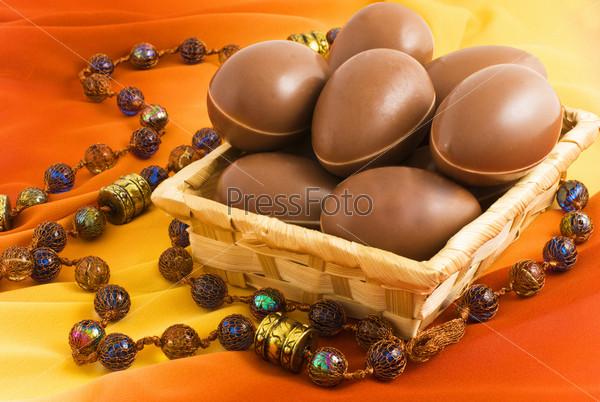 Шоколадные яйца в плетеной корзине