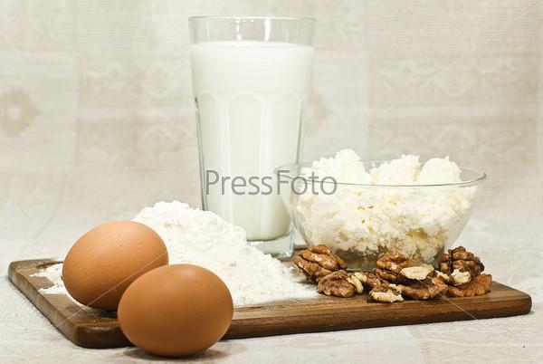 Молоко, яйца, мука, сыр, орехи