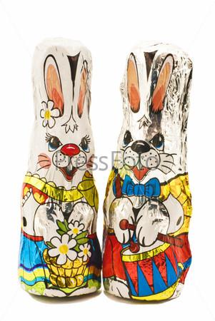 Два пасхальных шоколадных зайца крупным планом на белом фоне