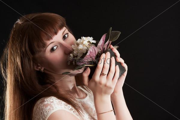 Девушка с букетом белых фиалок на черном фоне