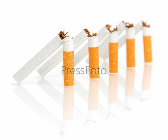 Пять сломанных сигарет на белом фоне с отражением