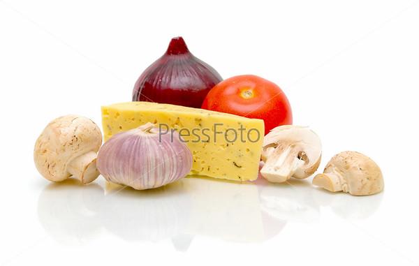 Сыр, шампиньоны, помидор, репчатый лук и чеснок на белом фоне