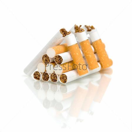 Стопка сломанных сигарет на белом фоне с отражением