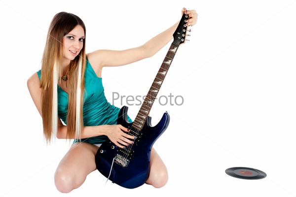 Молодая красивая женщина с электрогитарой на белом фоне