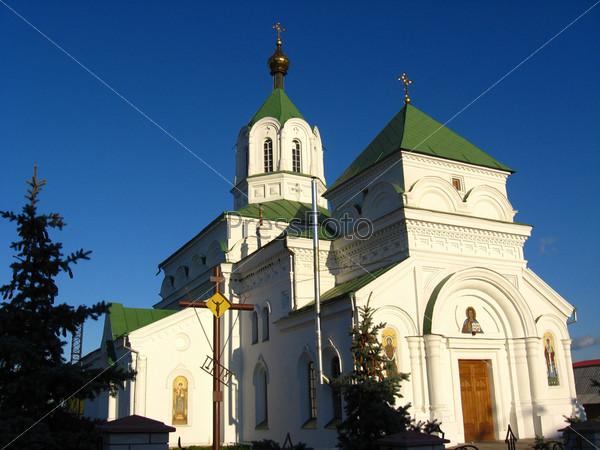Красивая церковь на фоне голубого неба