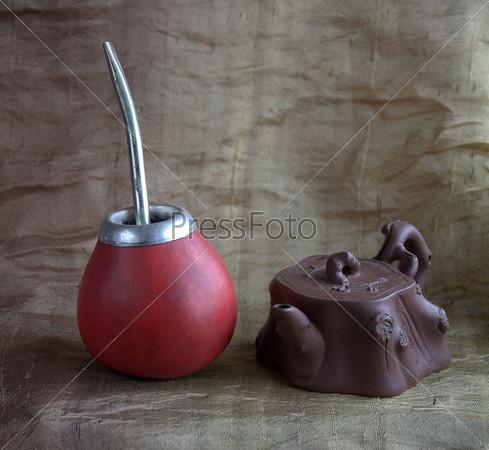 Калабас и чайник на фоне шелка оливкового цвета