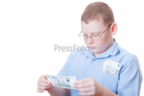 Мальчик рассматривает тысячерублевую купюру