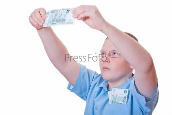 Фотография на тему Мальчик рассматривает тысячерублевую купюру