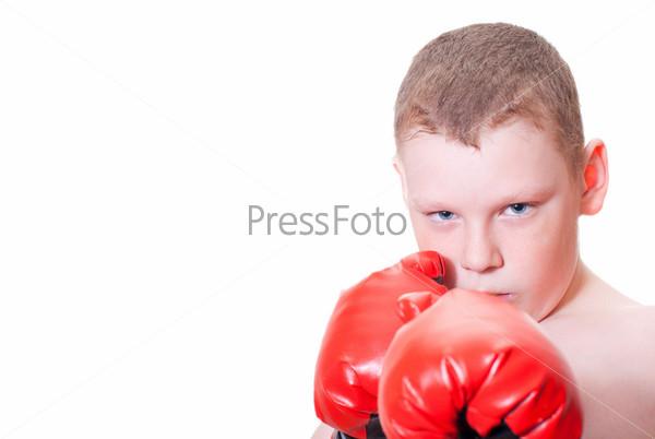 Мальчик в красных боксерских перчатках на белом фоне