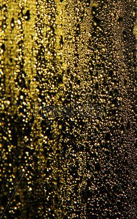 Фотография на тему Золотые капли дождя на окне