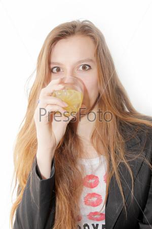 Портрет девушки со стаканом сока