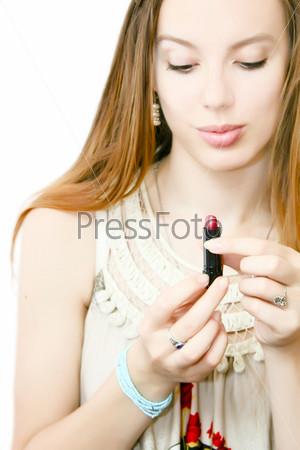 Девушка с помадой в руках
