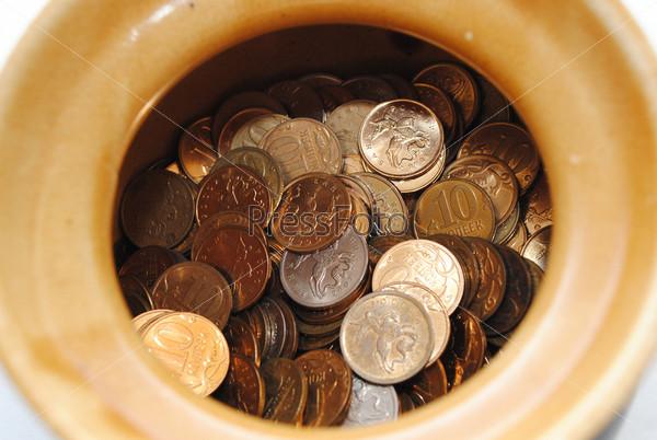 Мелкие монеты на дне емкости