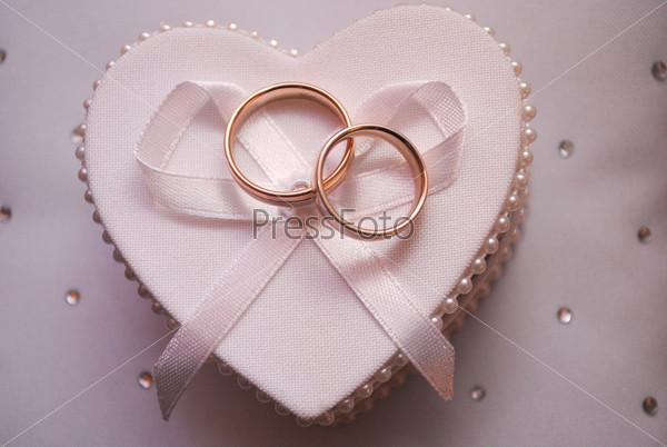 Фотография на тему Обручальные кольца на коробочке в форме сердца