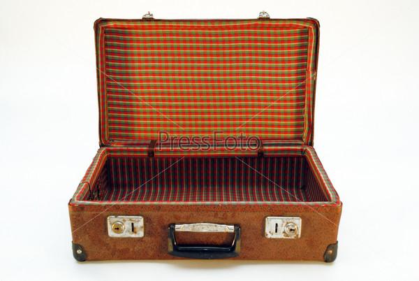 Открытый ретро чемодан на белом фоне