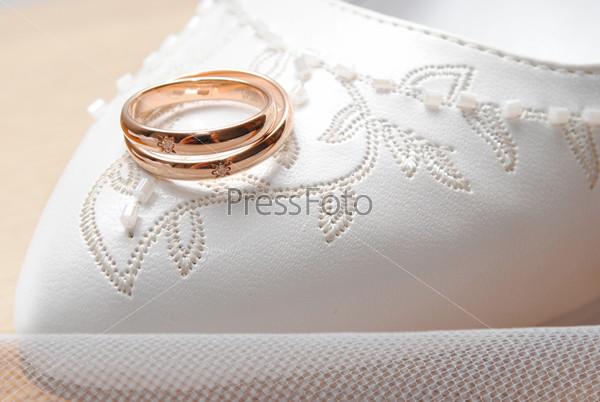 Обручальные кольца на туфельке невесты