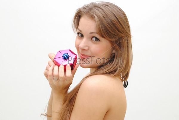 Милая девушка с подарком