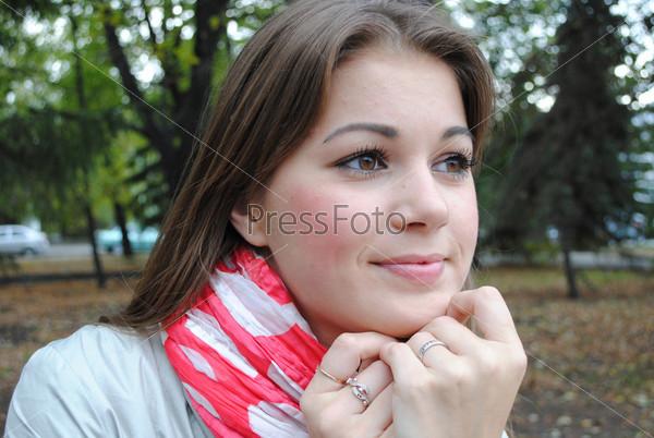Красивая девушка на улице крупным планом