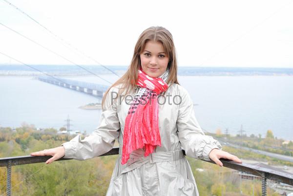Красивая девушка стоит на фоне Императорского моста через Волгу в Ульяновске