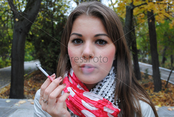 Большими красивая девушка курит жен