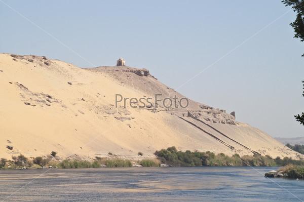 Гробницы знати, вид с Нила. Асуан, Египет