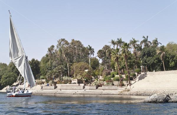 Парусник у пристани Ботанического сада, Асуан, Египет