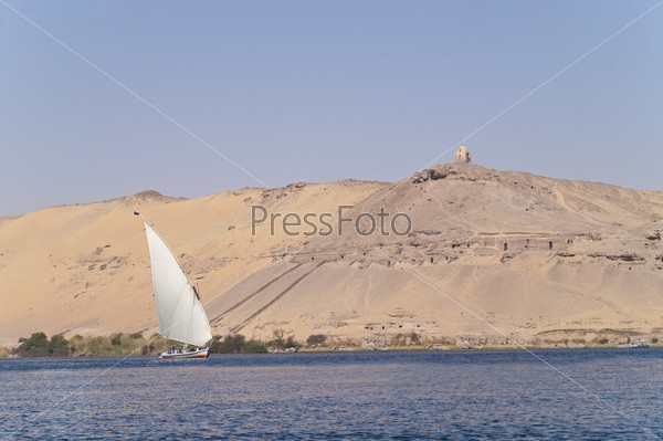 Парусник на фоне Гробниц знати, Асуан, Египет