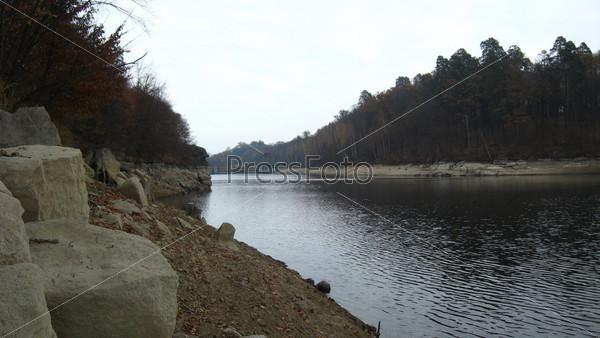 Пейзаж с рекой и камнями