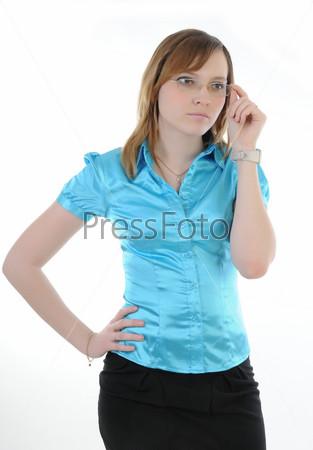Девушка задумчиво поправляет очки
