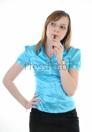 Задумчивая девушка грызет ручку