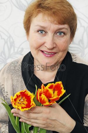 Фотография на тему Женщина с букетом тюльпанов