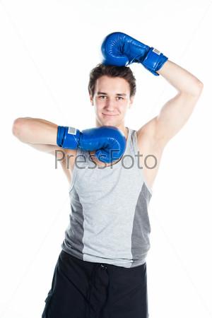 Фотография на тему Молодой боксер в серой футболке и синих боксерских перчатках