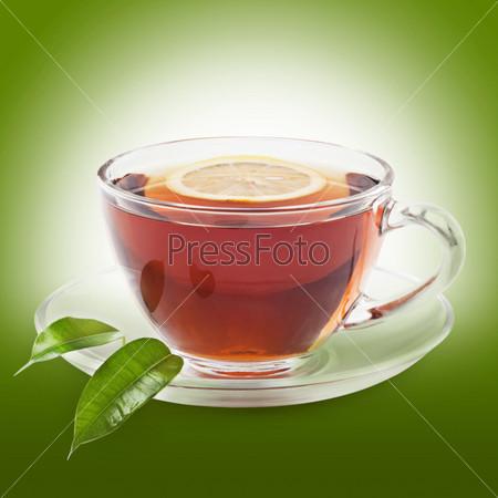 Чашка чая с лимоном на зеленом фоне