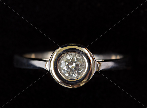 Бриллиантовое кольцо из белого золота на черном фоне
