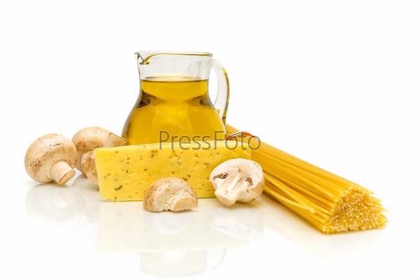 Фотография на тему Оливковое масло, грибы, спагетти и сыр на белом фоне
