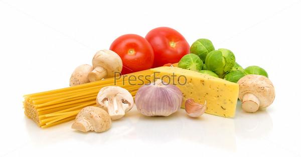 Фотография на тему Свежие овощи, паста, грибы и сыр на белом фоне