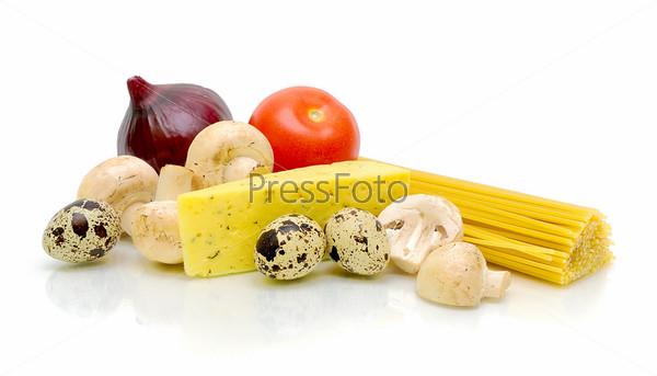 Свежие овощи, паста, грибы и сыр на белом фоне