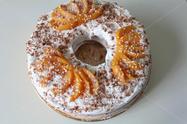 Бисквит с абрикосовым джемом и тертым шоколадом