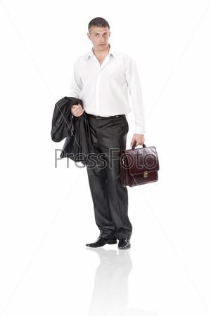 Элегантный бизнесмен с портфелем на белом фоне