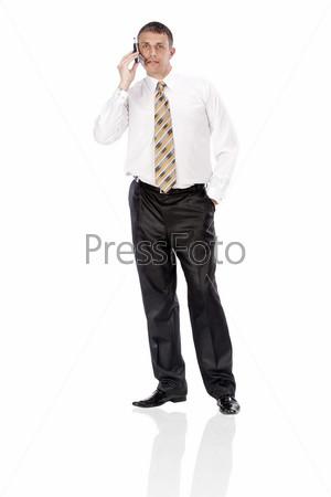 Элегантный бизнесмен  на белом фоне разговаривает по телефону
