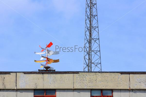 Фотография на тему Ветрогенераторная установка и антенна сотовой связи на крыше дома