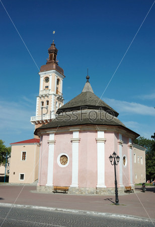 Старый колодец и ратуша на главной площади Каменца-Подольского, Украина