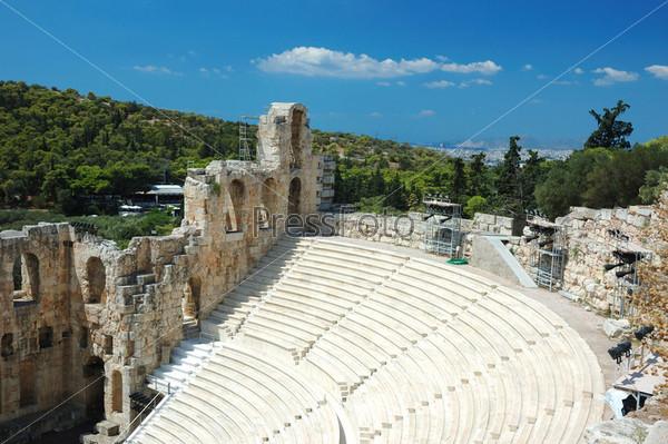 Развалины древнего амфитеатра на Акропольском холме, Афины